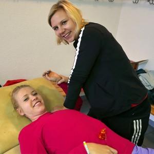 Physiotherapeutin Ramona Stephan behandelt eine Patientin